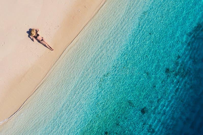 一个女孩的鸟瞰图海滩的在巴厘岛,印度尼西亚 假期和冒险 海滩和绿松石水 从寄生虫的顶视图在b 免版税图库摄影