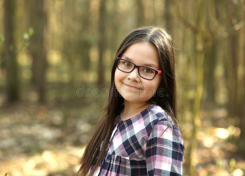 一个女孩的画象在公园 免版税库存图片