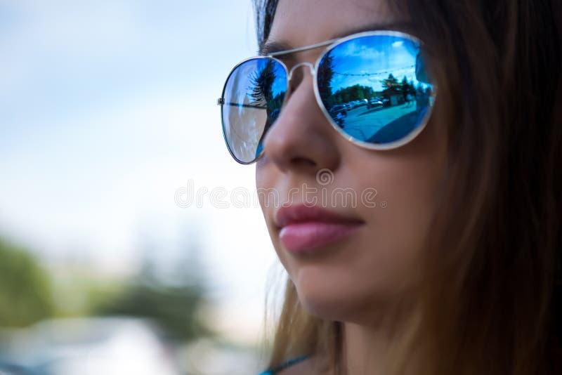 一个女孩的画象太阳镜的 库存照片