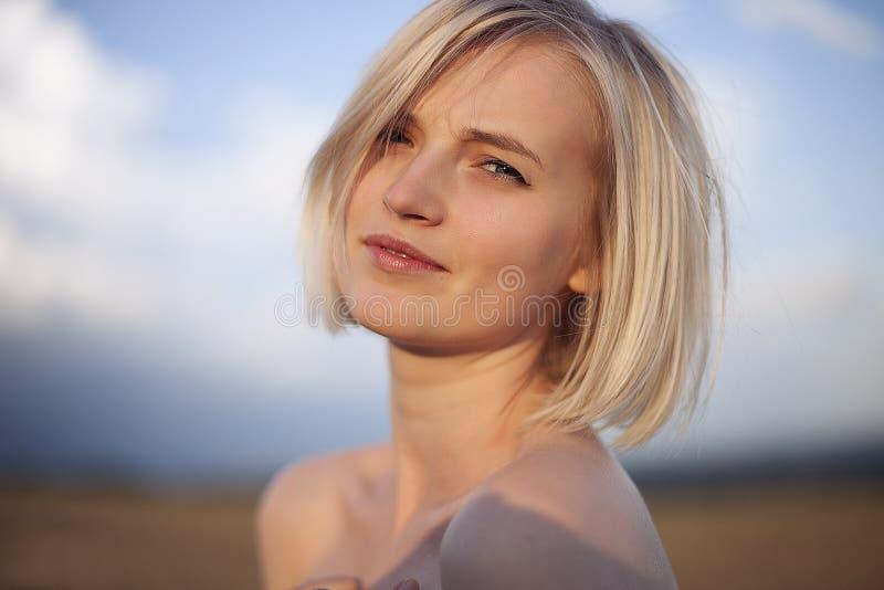 一个女孩的画象日落的 免版税图库摄影