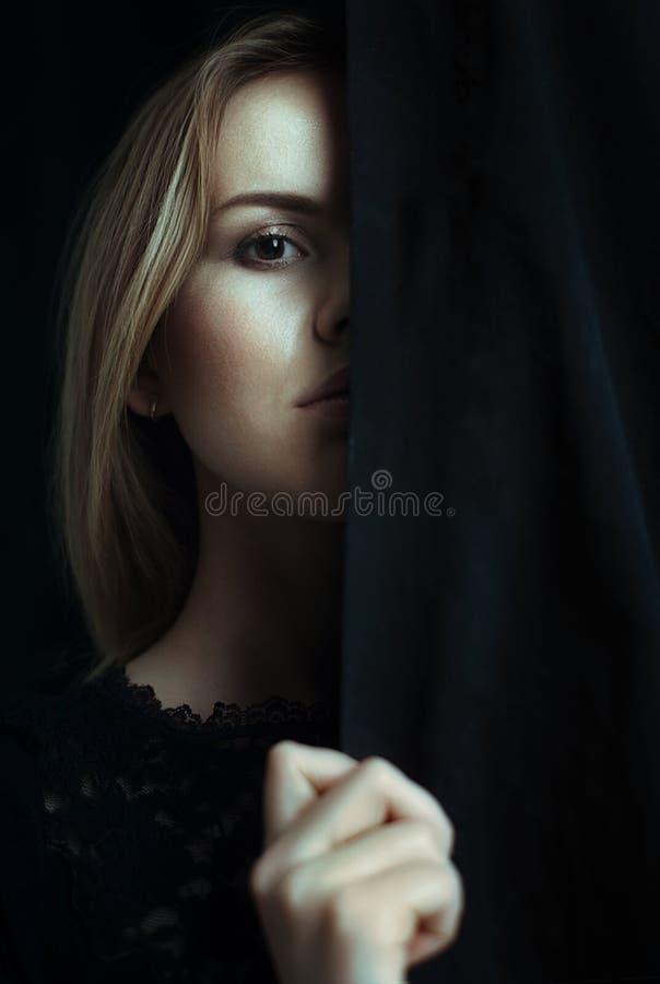 一个女孩的画象有干净的皮肤的在黑背景 免版税图库摄影