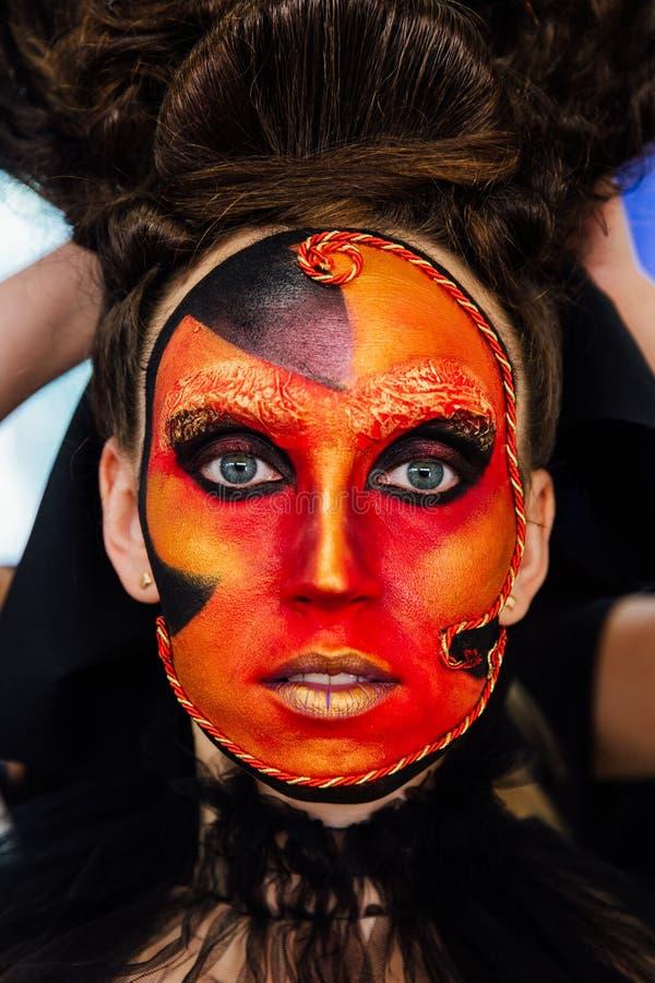 一个女孩的画象有狂欢节构成的以形式 它看起来象维多利亚女王时代的时代的面具 库存照片
