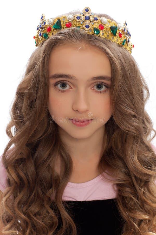 一个女孩的画象有长的头发的在冠 免版税图库摄影