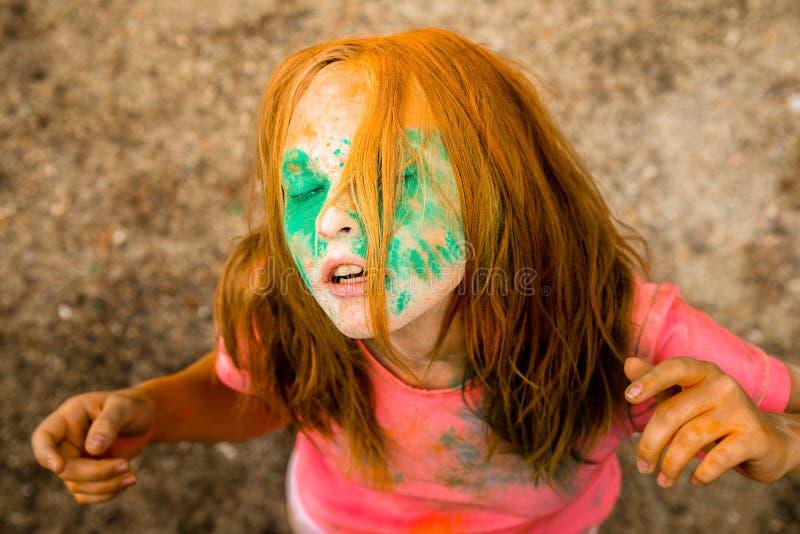 一个女孩的画象颜色Holi印地安节日的  图库摄影