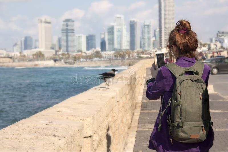 一个女性游人拍在智能手机视图的一张照片从散步 图库摄影