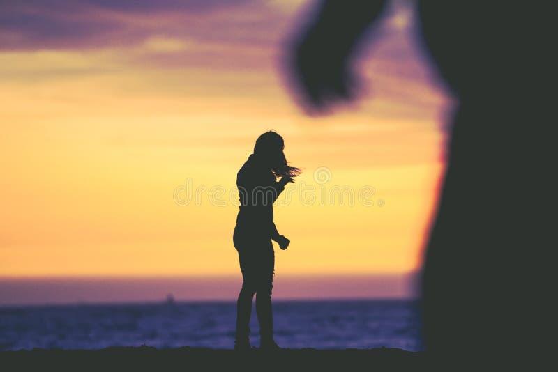 一个女性身分的剪影在贝克海滩附近的在旧金山 免版税库存图片