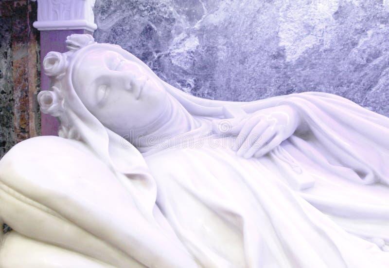 一个女性雕象,死亡睡眠的胸象  库存照片