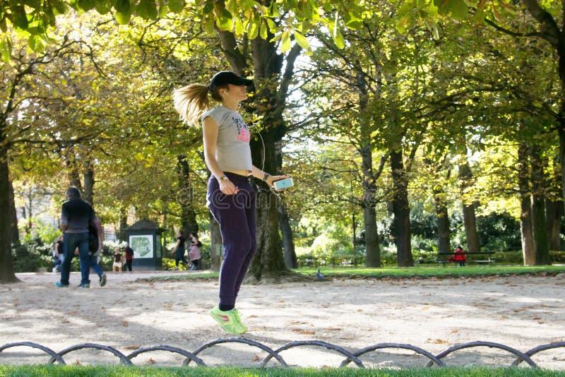 一个好巴黎人女孩跳到音乐 图库摄影