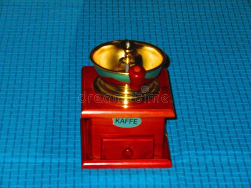一个好的矮小的老磨咖啡器 免版税库存照片