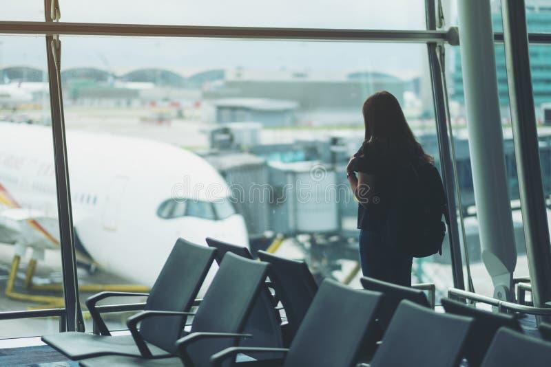 一个妇女旅客在机场 免版税库存图片