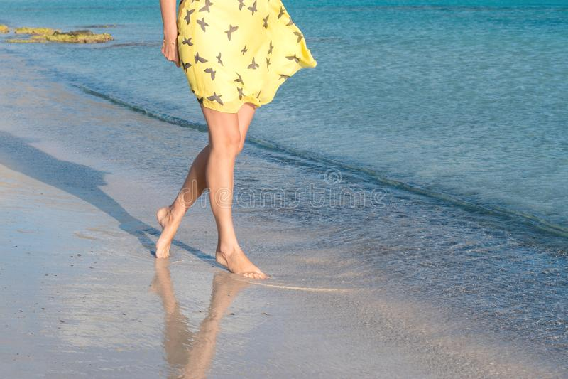 一个孤独的女孩沿海岛海岸线走 库存图片