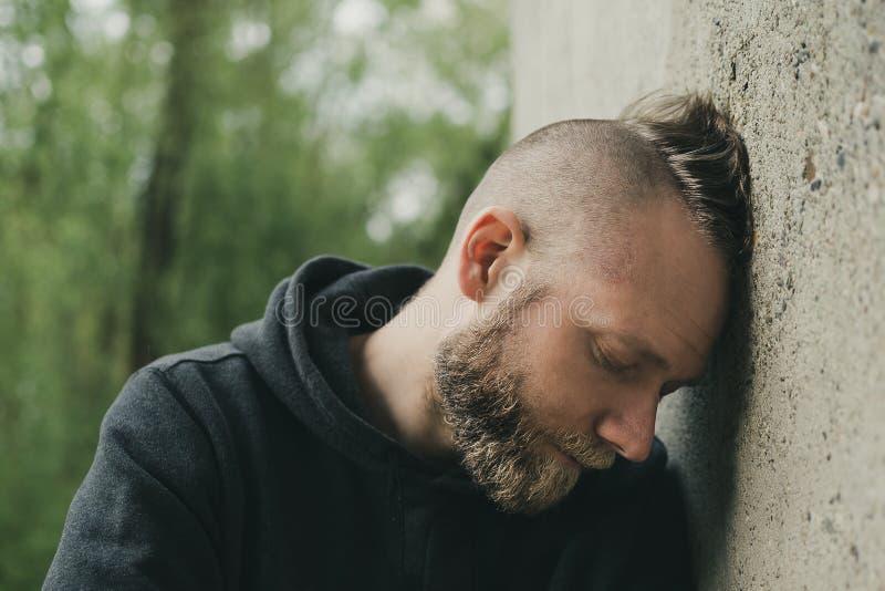 一个孤独的疲乏和沮丧的人 图库摄影