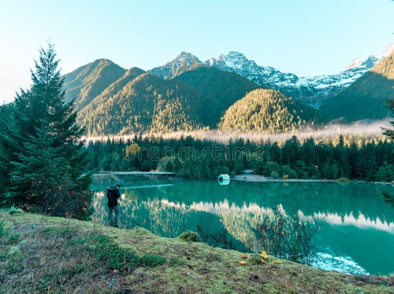 一个孤立图在Diablo湖船库享受日落 库存图片