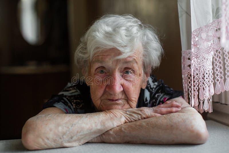 一个孤立年长妇女特写镜头的画象 免版税库存照片