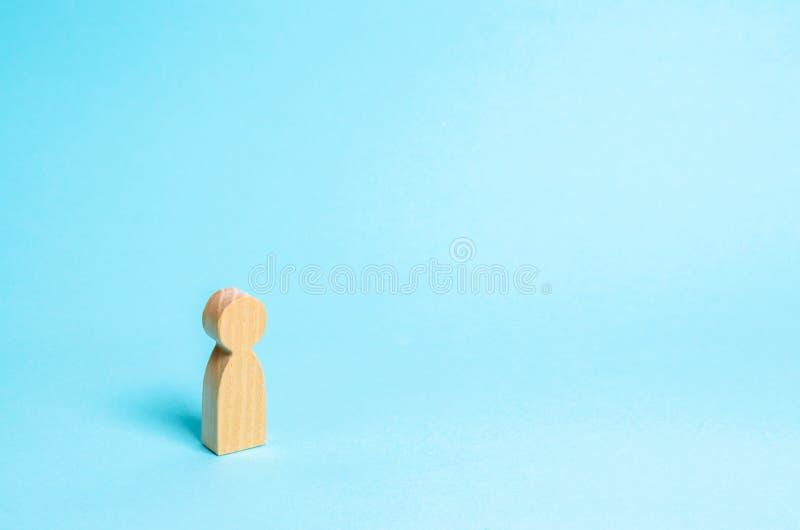 一个孤立木人的图在蓝色背景站立 人等待,站立并且等待 简单派,空间样式  库存图片