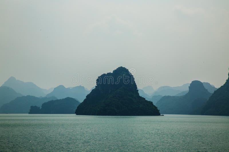 一个孤立海岛在下龙湾 库存图片