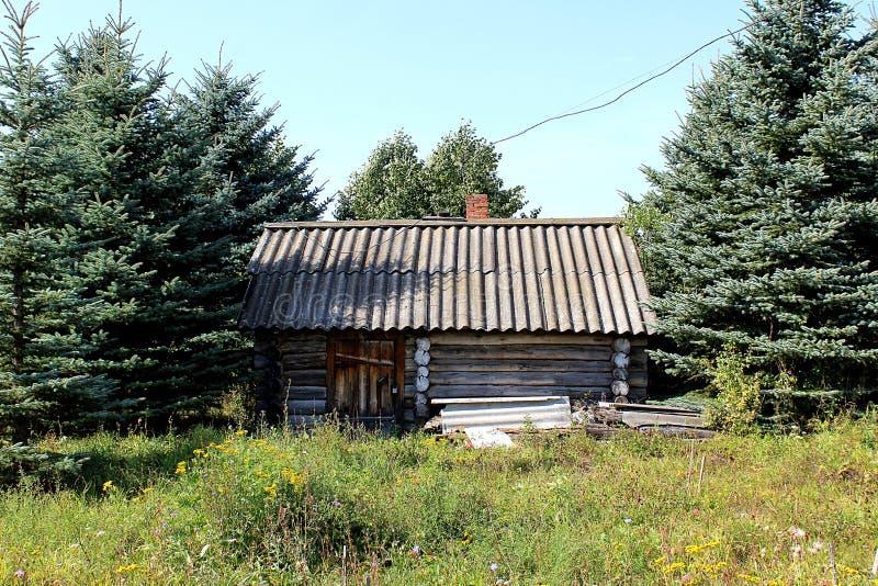一个孤零零房子在森林里 免版税库存照片
