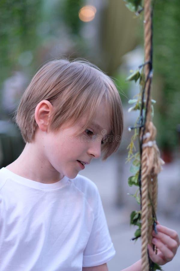 一个孩子在一个装饰的亭子 库存图片