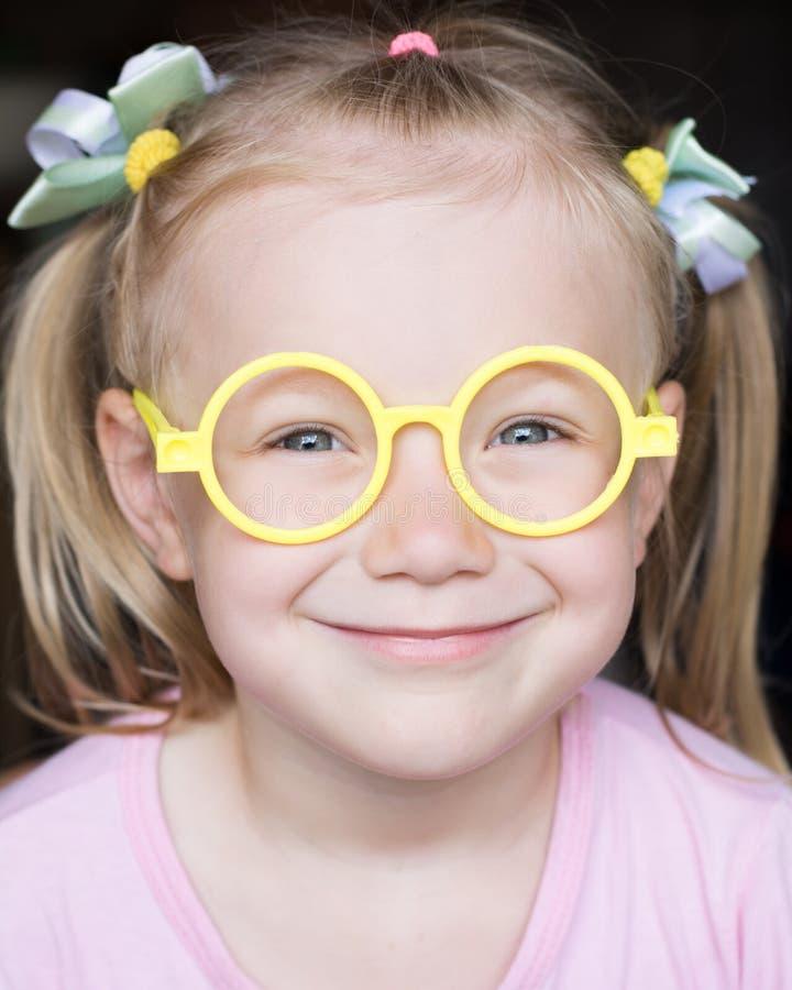 一个孩子的美丽的画象有玻璃特写镜头的 免版税库存图片