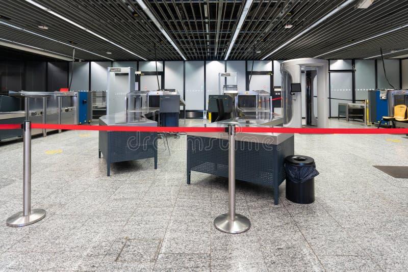 一个安全检查预先的X-射线和扫描器机器的空的审查员对上在国际机场 免版税库存图片