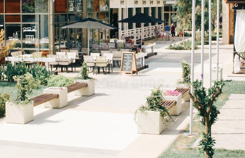 一个室外咖啡馆在公园 免版税库存图片