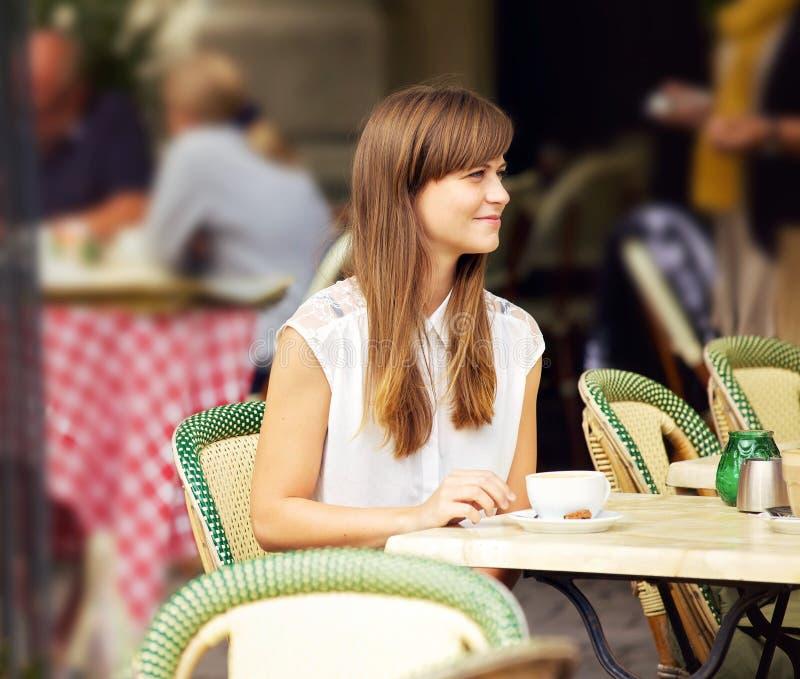 一个室外咖啡馆的美丽的妇女 库存图片