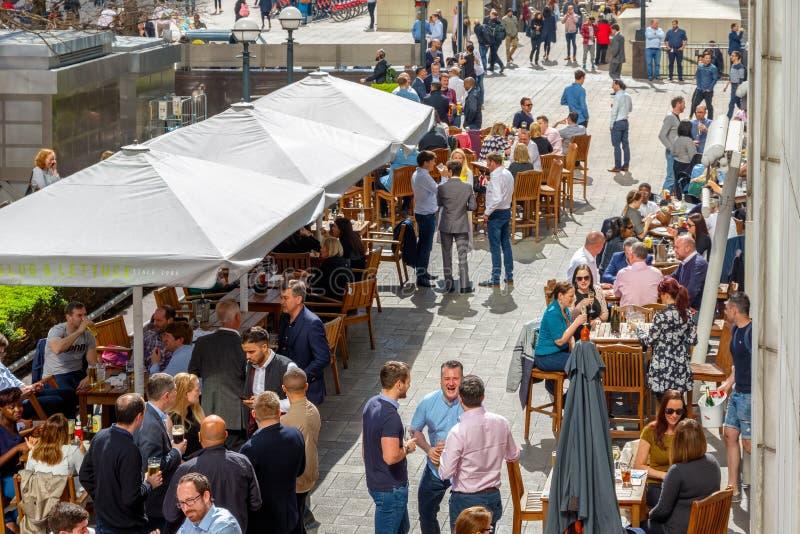 一个室外酒吧在金丝雀码头包装了与人喝 免版税库存图片