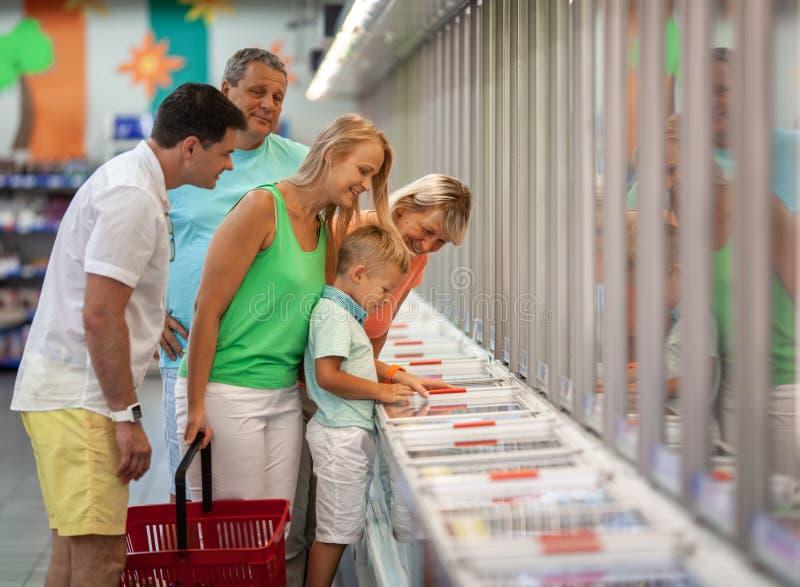 一个家庭在商店 免版税库存图片