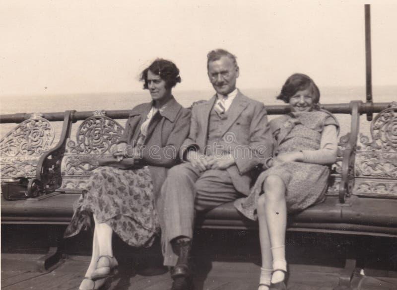 一个家庭的葡萄酒黑白照片在海边 20??50?? 库存图片