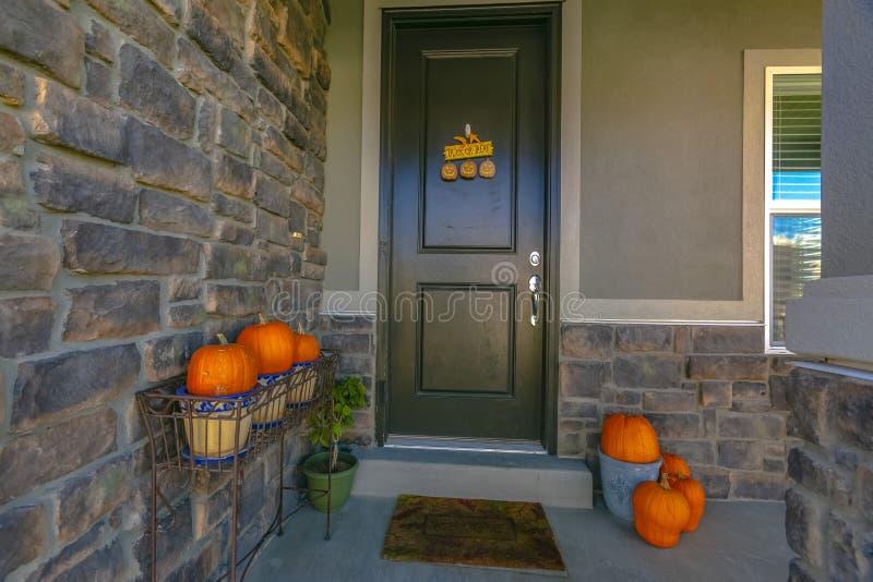 一个家的入口有万圣节装饰的 库存照片