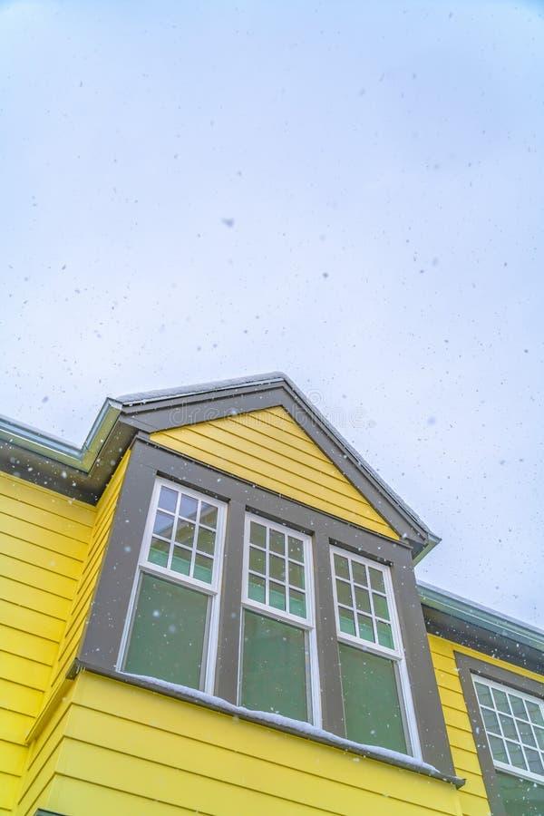 一个家的外部破晓的犹他有多云天空背景在冬天 库存图片