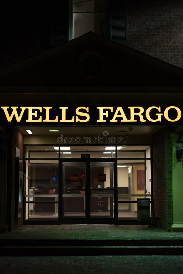 一个富国银行入口在晚上 库存照片