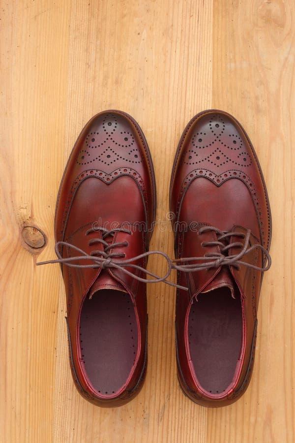 一个对人的礼鞋翼梢方皮革牛津 免版税库存照片