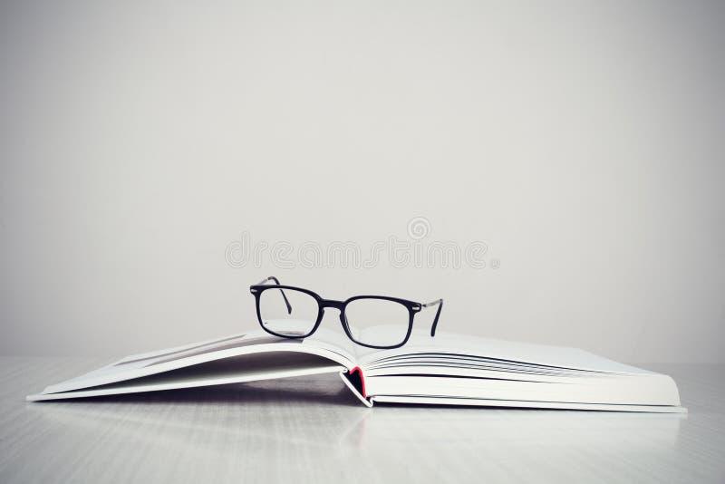 在书的玻璃 图库摄影