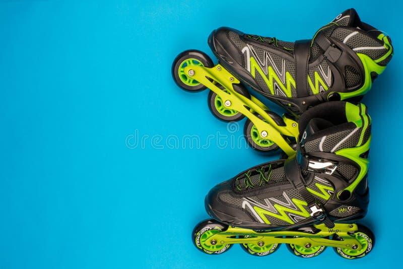 一个对在蓝色背景的溜冰鞋 库存照片