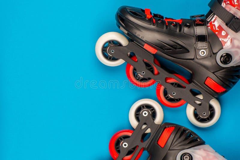 一个对在蓝色背景的溜冰鞋 免版税库存图片