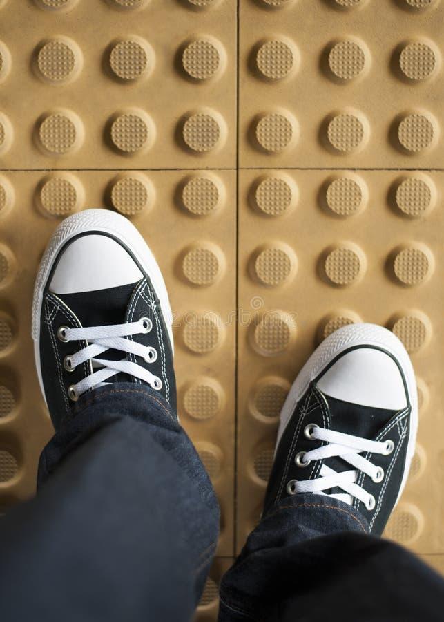一个对在非滑动地板的运动鞋 库存图片