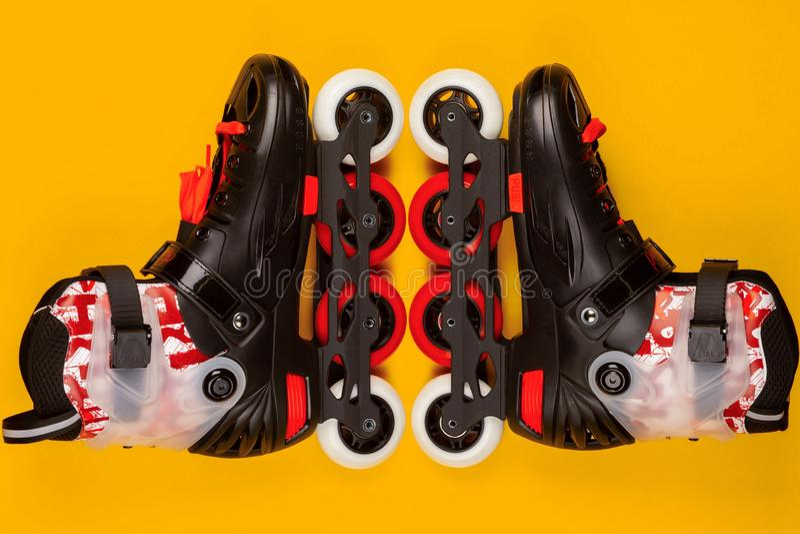 一个对在黄色背景的溜冰鞋 免版税库存照片
