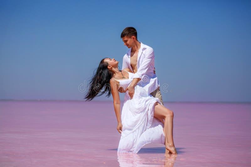 一个对恋人,桃红色湖 库存图片