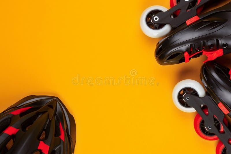 一个对溜冰鞋和一件盔甲在黄色背景 库存图片