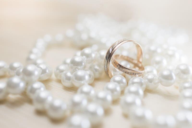 一个对金子在珍珠的婚戒 免版税库存图片