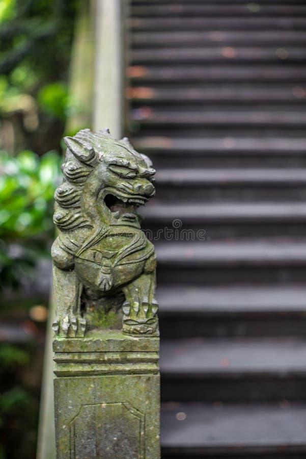 一个小中国狮子雕塑的细节在一座石桥梁的在一个公园在温州在中国- 2 免版税库存图片