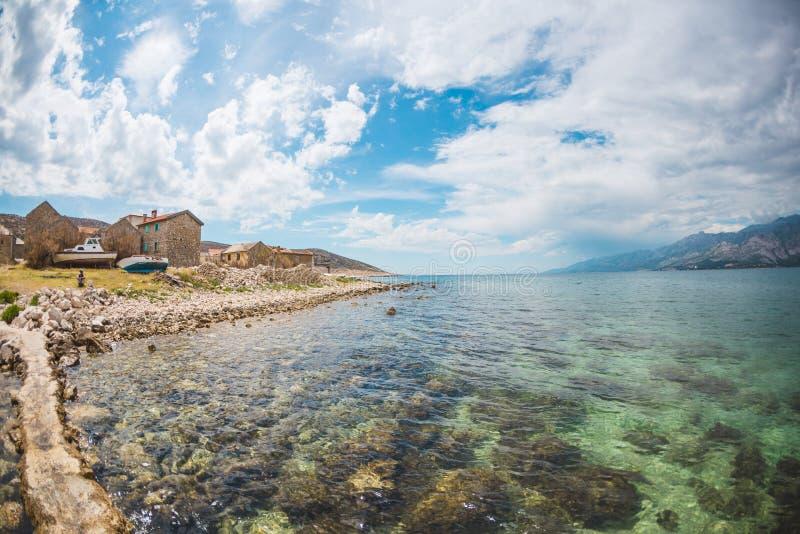 一个小克罗地亚城市的沿海 免版税库存图片