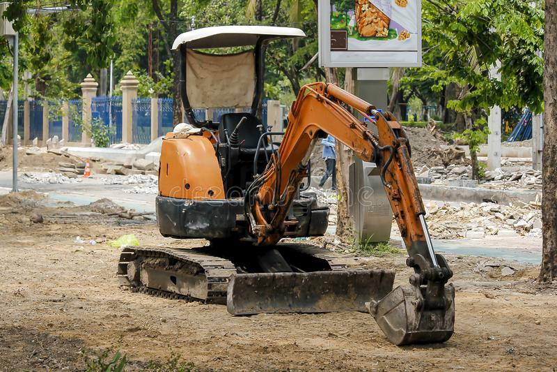 一个小反向铲在建造场所停放了 图库摄影
