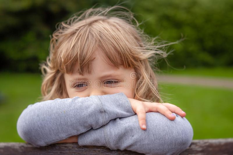 一个小哀伤的白种人女孩的画象 免版税库存照片