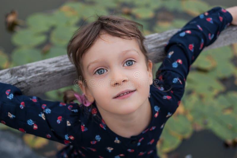 一个小四年老女孩的顶视图画象有美丽的蓝眼睛的 免版税库存照片