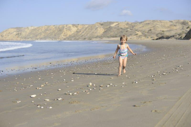 一个小女孩在海滩使用 免版税图库摄影