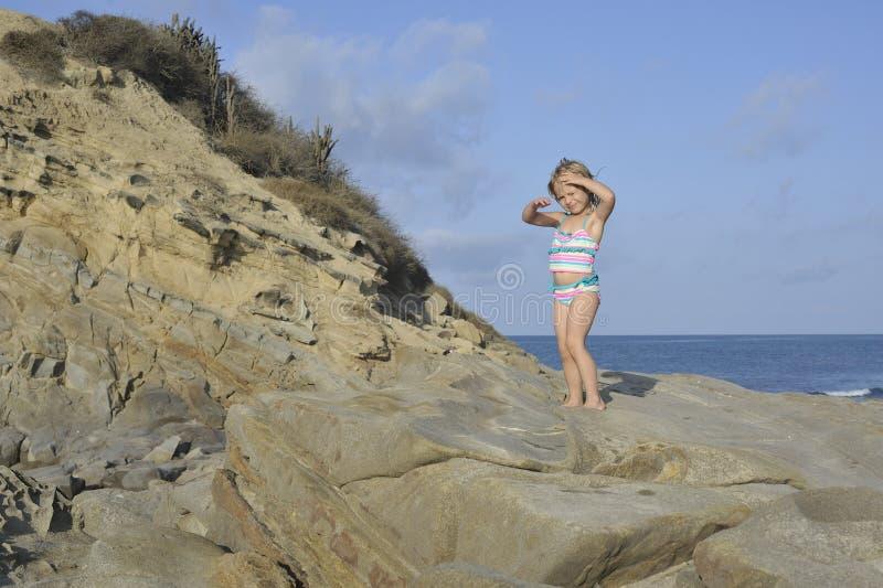 一个小女孩在海滩使用 库存图片