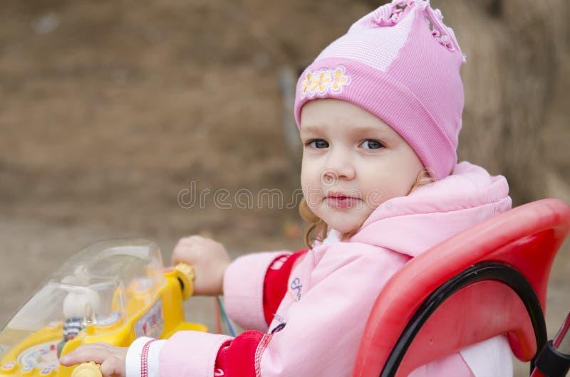 小女孩在框架看坐自行车 库存图片
