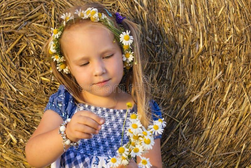 一个小女孩演奏他爱我,他爱我没有 库存图片